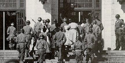Soldados escoltan a los 9